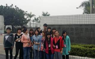 学生们在广州益达服装纺织有限公司合影留念